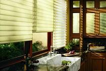 Выбор и особенности рулонных штор или жалюзи для кухни