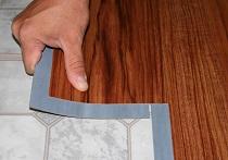 Как покрыть пол в ванной комнате плиткой из ПВХ: советы и особенности