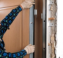 Самостоятельно ставим входную дверь: советы и этапы